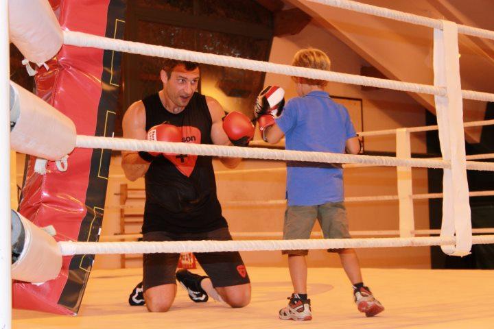 Кадр дня: Юные болельщики в тренировочном лагере Кличко