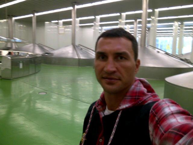 Кадр дня: Владимир Кличко посетил пивоварню Варштайнер